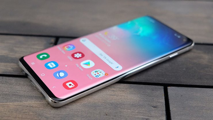 "Galaxy S10 vs ZenFone 6: ""Hole-Punch"" Display Or Flip Camera"